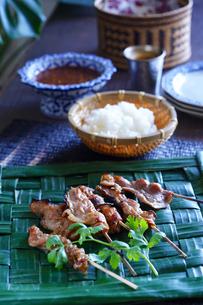 ムーピン(豚の串焼き)タイ料理の写真素材 [FYI03879118]