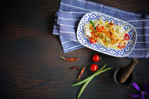 ソムタム(青パパイヤのサラダ)タイ料理の写真素材 [FYI03879122]