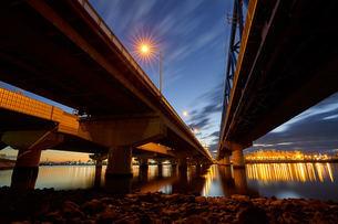 高架橋から覗く東京ディズニーランドホテルと朝焼けの写真素材 [FYI03879164]