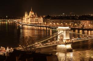 鎖橋と国会議事堂夜景の写真素材 [FYI03879172]