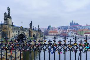 カレル橋とプラハ城の風景の写真素材 [FYI03879178]