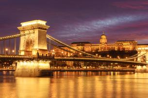 鎖橋と王宮夕景の写真素材 [FYI03879183]
