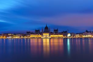 夜明け前のハンガリー国会議事堂の写真素材 [FYI03879184]