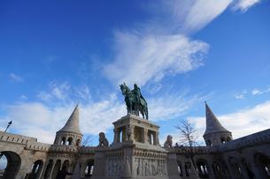 漁夫の砦と聖イシュトバーン騎馬像の写真素材 [FYI03879186]