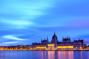夜明け前のハンガリー国会議事堂の写真素材 [FYI03879187]