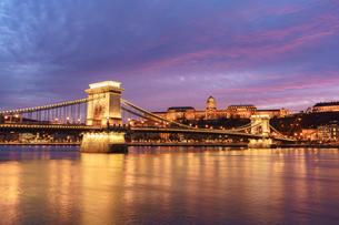 鎖橋と王宮夕景の写真素材 [FYI03879191]
