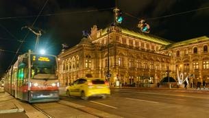 オペラ座とトラムの夜景の写真素材 [FYI03879199]