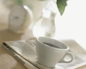 英字新聞とコーヒーカップの写真素材 [FYI03879640]