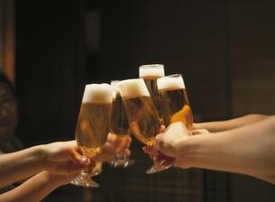 ビールで乾杯の写真素材 [FYI03879662]