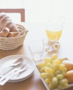 オレンジジュースとパンの写真素材 [FYI03879675]