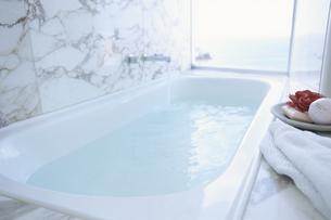 湯の張られた大理石のバスルームの写真素材 [FYI03879709]
