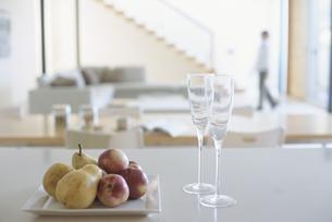 リビングに置かれた果物とグラスの写真素材 [FYI03879721]