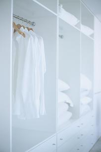 クローゼットにかかった服の写真素材 [FYI03879722]