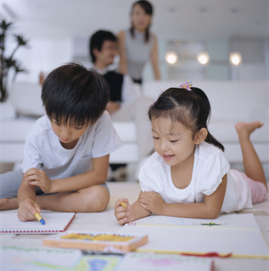 お絵かきする男の子と女の子の写真素材 [FYI03879754]