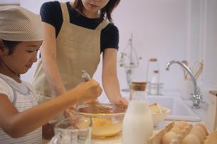 調理する日本人の母娘の写真素材 [FYI03879798]