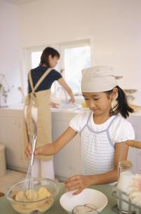 調理する日本人の母娘の写真素材 [FYI03879801]