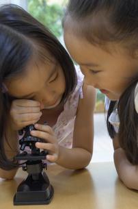 顕微鏡を覗く女の子達の写真素材 [FYI03879803]