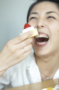 ケーキを食べようとしている女性の写真素材 [FYI03879804]