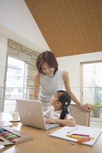 子供にパソコンを教える母親の写真素材 [FYI03879820]