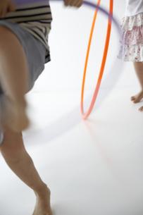 フラフープをする子供達の写真素材 [FYI03879825]