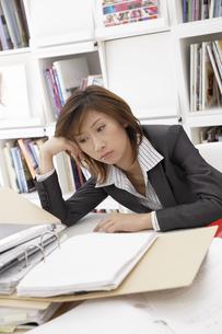 書類と疲れている女性の写真素材 [FYI03879826]