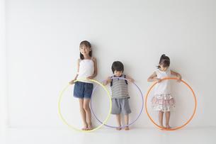 フラフープを持つ子供達の写真素材 [FYI03879839]