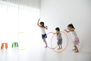 フラフープをする子供達の写真素材 [FYI03879841]