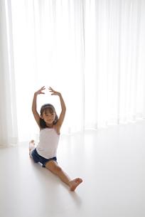 バレエをする女の子の写真素材 [FYI03879851]