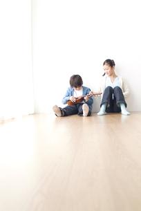 ウクレレを弾く男の子と女の子の写真素材 [FYI03879923]