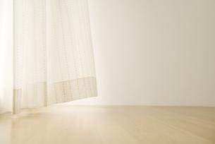 揺れるカーテンの写真素材 [FYI03879924]