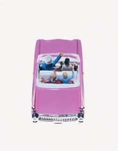 ミニカーと家族の人形の写真素材 [FYI03879930]