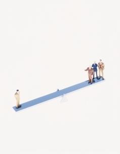 シーソーの上の人形の写真素材 [FYI03879933]