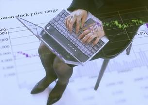 ひざの上にのせたノートパソコンの写真素材 [FYI03880102]
