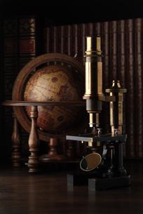 地球儀と顕微鏡の写真素材 [FYI03880131]