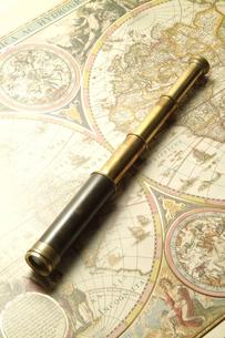 望遠鏡と世界地図の写真素材 [FYI03880142]