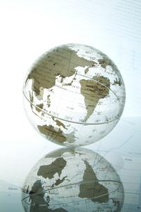 地球儀とビジネスデータの写真素材 [FYI03880144]
