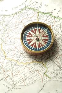 方位磁石とコンパスと地図の写真素材 [FYI03880145]