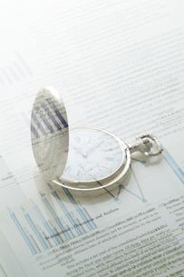 懐中時計とビジネスデータの写真素材 [FYI03880154]
