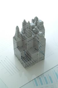 ビル模型とビジネスデータの写真素材 [FYI03880155]