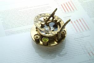 日時計と方位磁石とビジネスデータの写真素材 [FYI03880165]