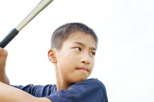 バットをかまえる男子小学生の写真素材 [FYI03880378]