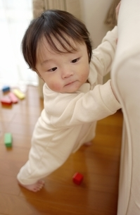 立ち上がろうとする日本人の赤ちゃんの写真素材 [FYI03880730]