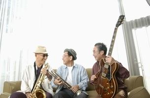 楽器を持つ日本人の老人3人の写真素材 [FYI03880786]