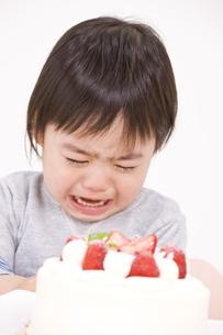 大きな口を開けて泣く男の子の写真素材 [FYI03880849]