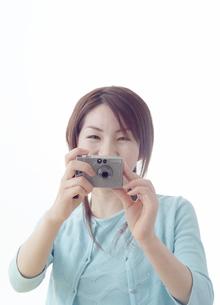 デジタルカメラを構える日本人女性の写真素材 [FYI03880929]