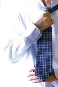 ネクタイを締める男性の手の写真素材 [FYI03880971]