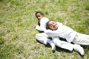 草原で寝そべる黒人の女の子の写真素材 [FYI03881220]