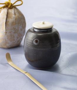 茶入れと茶杓の写真素材 [FYI03881502]