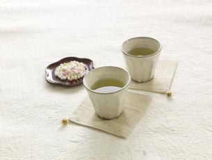 お茶とお茶菓子の写真素材 [FYI03881517]