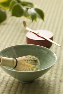 茶碗と茶筅と棗と茶杓の写真素材 [FYI03881518]